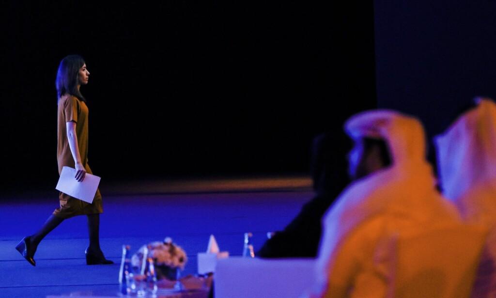 KVINNENE KOMMER: Problemet er at gammeldagse og autoritære menn har fått makten i mange land. Heller ikke i toneangivende muslimske land, er det noen positiv trend. Under Muhammad bin Salman i Saudi-Arabia, har voldsbruken mot kvinner i fengsler eskalert, skriver innsenderen. Her holder den ene av årets to fredsprisvinnere, Nadia Murad, en tale på en konferanse i Emiratene i oktober. Foto: AFP / NTB Scanpix