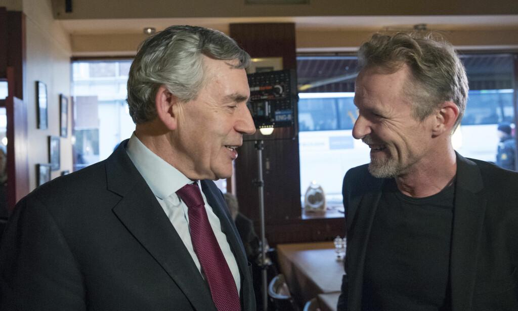 JOBBER FOR UTDANNiNG: Gordon Brown fikk Harry Hole-stiftelsens pris for sitt arbeid med å finansiere utdanning i fattige land. Her er han sammen med Harry Holes opphavsmann, Jo Nesbø. Foto: NTB scanpixa