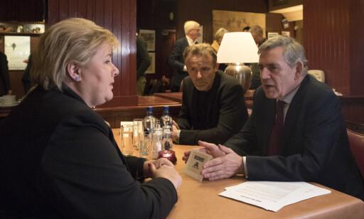 PÅ SCHRØDER: Statsminister Erna Solberg med Nesbø og Brown på Harry Holes stamsted i Oslo, Restaurant Schrøder. Foto: NTB scanpix