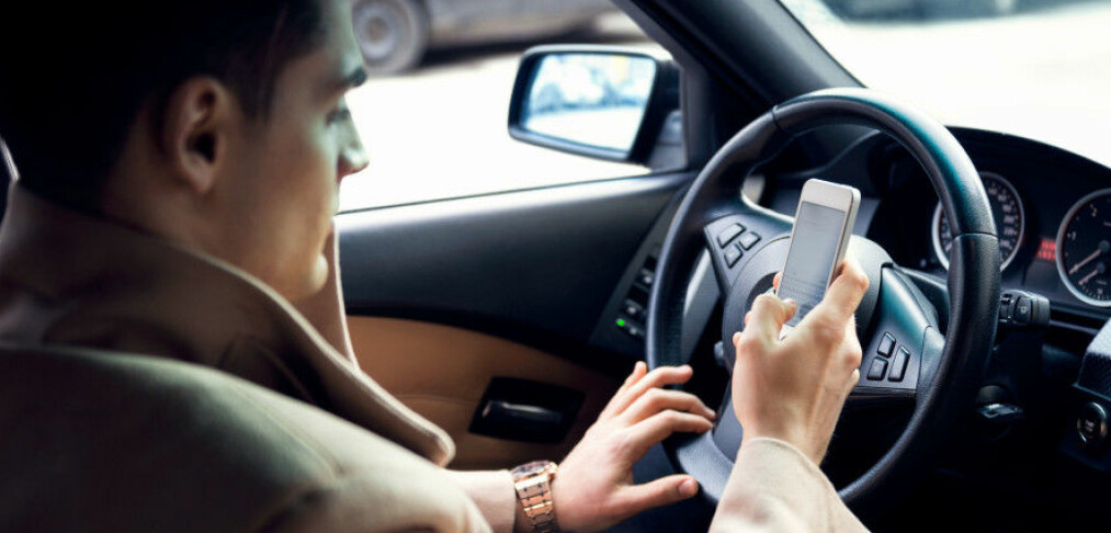 Nå skal mobiltasting straffes med to prikker på førerkortet