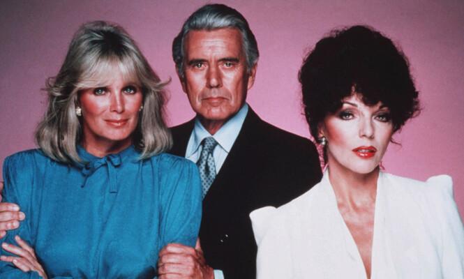 STJERNE: Linda Evans (til venstre) oppnådde stor suksess i serien «Dynastiet». Her med medskuespillerne John Forsythe og Joan Collins. Foto: NTB Scanpix