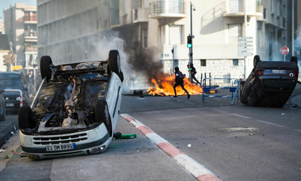 BRØT UT I OPPTØYER: Studenter på ungdomsskolene i Marseille demonstrerte mot regjeringens reformer 6. desember. Mot slutten av protestene brøt det ut opptøyer. Foto: NTB / Scanpix