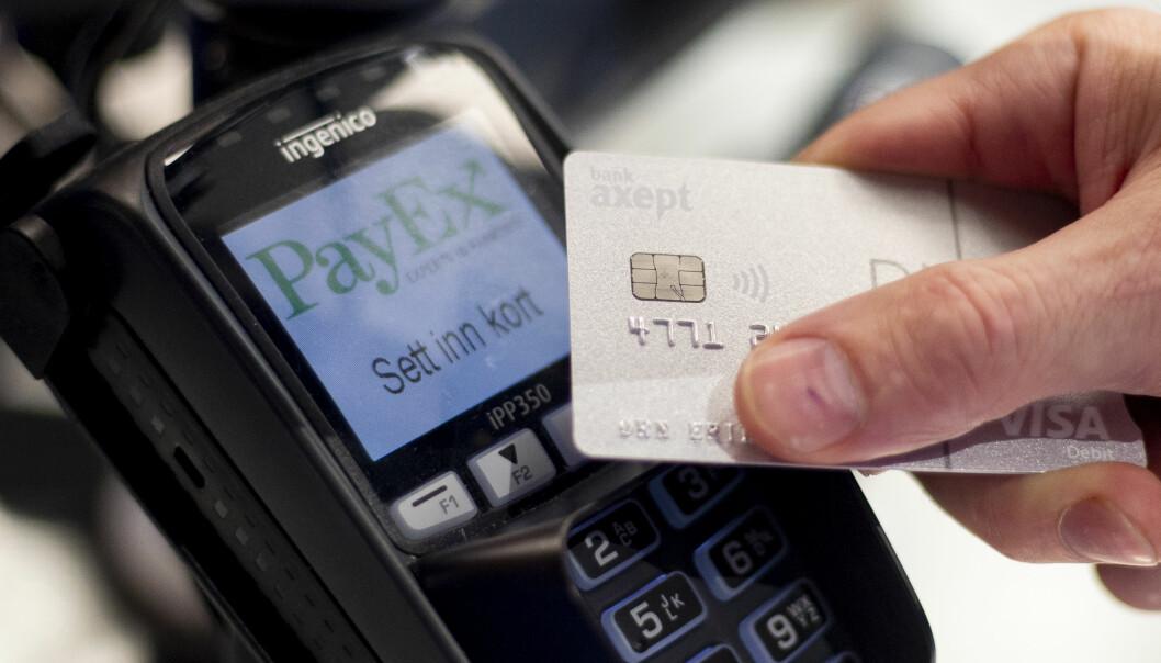 UANSETT BELØP: Ifølge Norges Bank utgjør sedler og mynter mindre enn 2,5 prosent av pengemengden. Resten befinner seg på konto i bankene. Åtte av ti bruker kort som betalingsform, uansett beløp. Foto: Fredrik Hagen / NTB scanpix