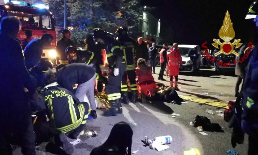 KAOS: Hjelpepersonell bistår en rekke av nattklubb-gjestene som ble skadd i forbindelse med at kaos brøt ut da noen begynte å spraye noe som lignet på pepperspray ut i lokalet. Foto: Vigili del Fuoco / Reuters / Scanpix