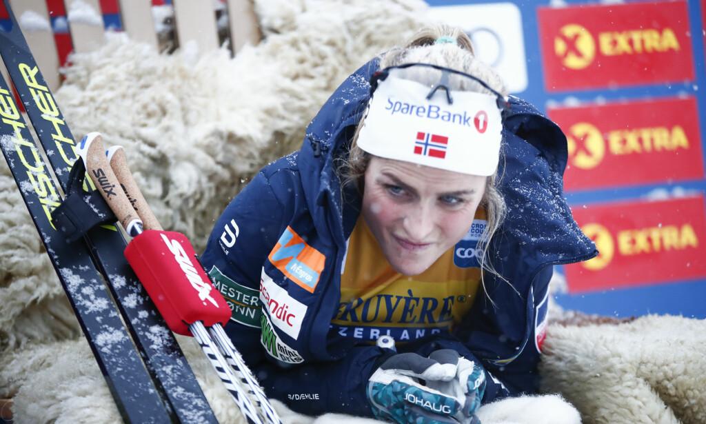KALD VENTETID: Therese Johaug med et tidlig startnummer frøs fælt på hendene i lederstolen etter 15km på Beitostølen. Men hun blir ikke like overlegen som dagens vinnertid tyder på. FOTO: Terje Pedersen / NTB scanpix,