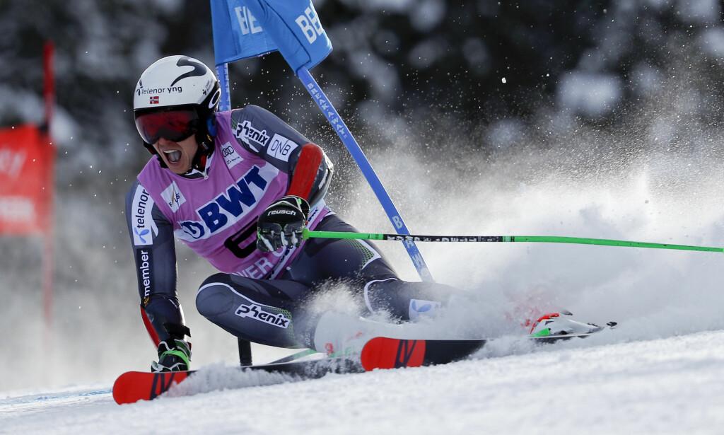 PÅ PALLEN: Henrik Kristoffersen ble toer i storslalåmrennet i franske Val d'Isère. Foto: Gabriele Facciotti / AP / NTB scanpix