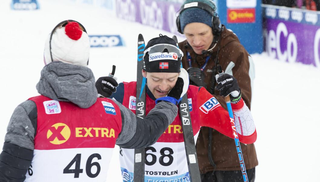 HELT OVERLEGEN: Sjur Røthe blir gratulert av toer Martin Johnsrud Sundby etter utklassingsseieren på 30 km i verdenscupen på Beitostølen. Sammen med tre år yngre Emil Iversen opplever 30-årige Sjur sin beste vinter som skiløper.FOTO: Terje Pedersen / NTB scanpix.