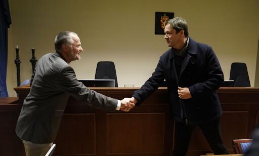 I RETTEN: Mannens forsvarer John Christian Elden (t.h.) hilser på politiadvokat John Skarpeid. Foto: John Terje Pedersen