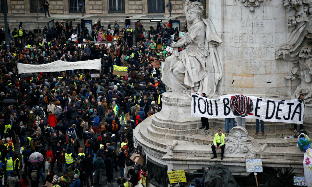DEMONSTRERER: 31 000 «gule vester» demonstrerer i Frankrike, 8000 av dem i Paris. Foto: Reuters.