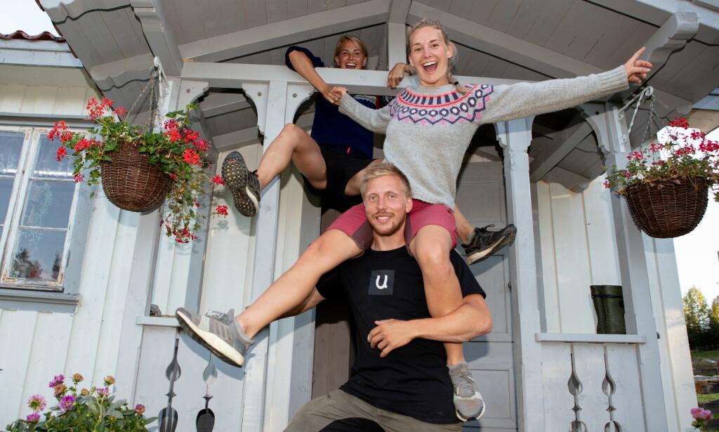 IDYLLEN SOM BRAST: Tonje, Lene og Kjetil hang sammen som erteris inne på «Farmen», og planla å beholde kontakten på utsida. Nå har alt snudd. Foto: Alex Iversen / TV 2