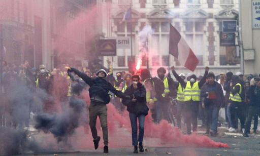 SAMMENSTØT: Store «gule vester»-demonstrasjoner i Paris lørdag. Foto: Thibault Camus / AP / NTB scanpix