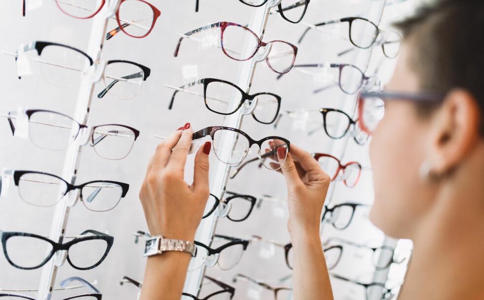 <strong>BRILLER:</strong> Når man får lesebriller kan man få følelsen av å få dårligere syn, men det er egentlig bare øynene som slapper av. Foto: Shutterstock
