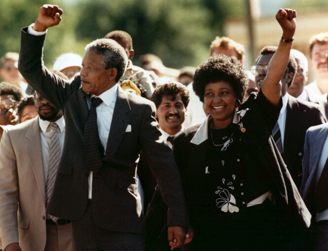 STANDHAFTIG DAME: Den 11. februar 1990 kunne Winnie Mandela juble over at ektemannen Nelson Madela var blitt sluppet ut av fengsel etter 27 år. FOTO: NTB Scanpix