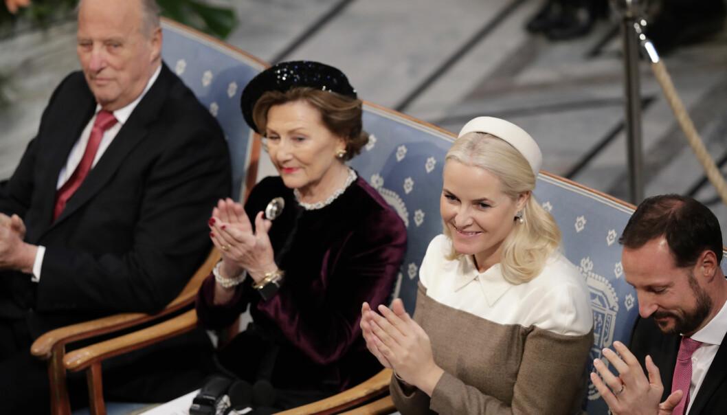 <strong>DUKKET OPP:</strong> Kronprinsesse Mette-Marit er på plass sammen med kronprins Haakon, dronning Sonja og kong Harald. Foto: NTB Scanpix