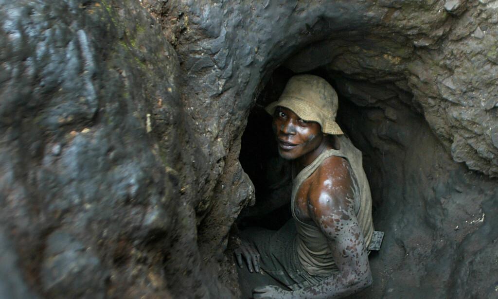 PROVOSORISK: Dette bildet fra 2004 viser en mann på vei inn i en av de provosoriske koboltgruvene i Kongo. Foto: Schalk van Zuydam / AP / NTB Scanpix