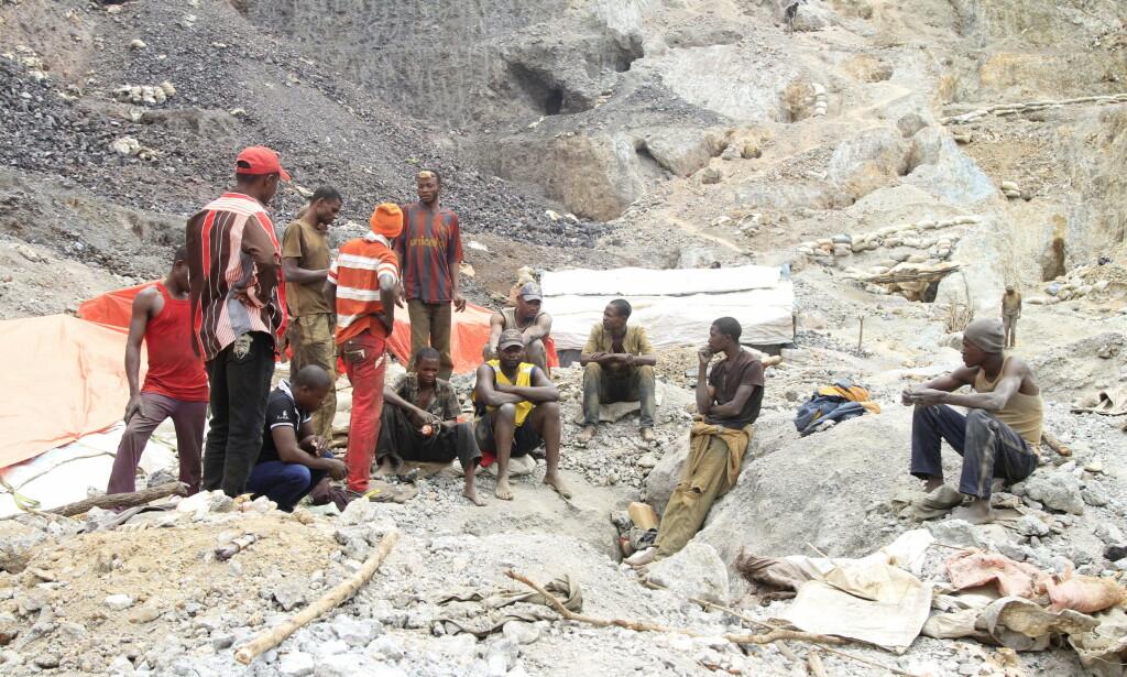 PAUSE: Gruvearbeidere er avbildet utenfor en koboltgruve i Tulwizembe i Katanga-provinsen i Kongo i 2015. Foto: Kenny Katombe / Reuters / NTB Scanpix