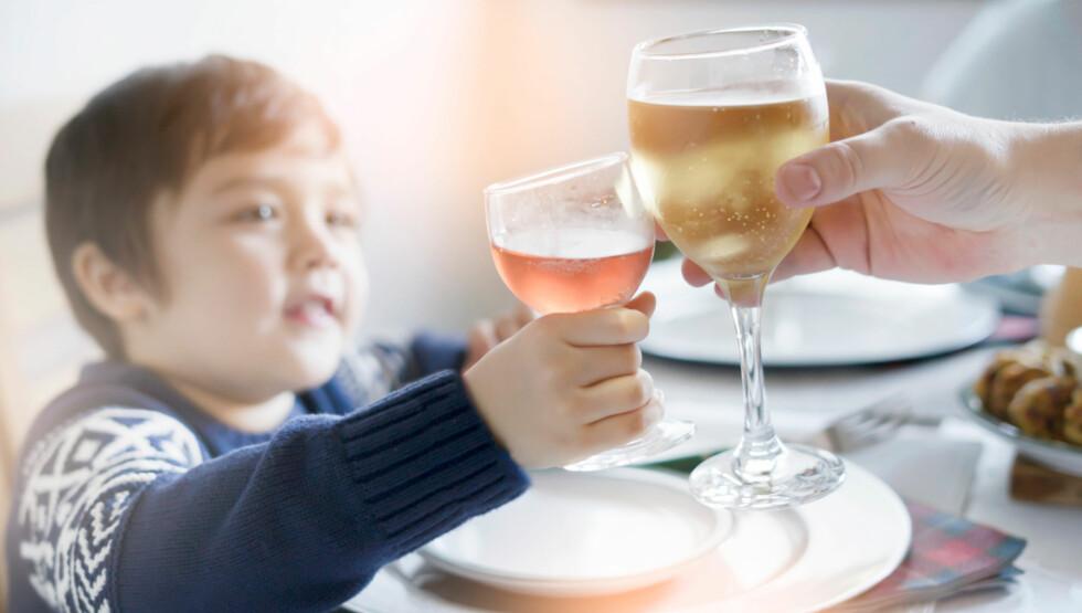 NORMALT?: For å gi flere barn en jul de forbinder med trygge voksne må det normaliseres at julefeiringen ikke må inneholde alkohol, skriver innsenderne. Foto: Shutterstock / NTB Scanpix