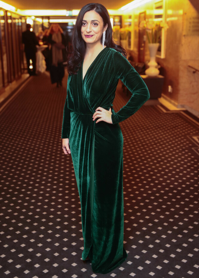 STRÅLTE ALENE: Iført en grønn, fotsig kjole dukket Hadia Tajik opp alene til banketten på Grand Hotel mandag kveld. Foto: NTB Scanpix