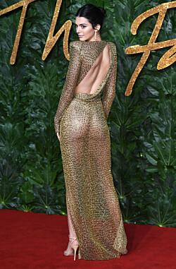 AVSLØRENDE: Kjolen overlot svært lite til fantasien, og viste frem modellens flotte kropp. Foto: NTB Scanpix