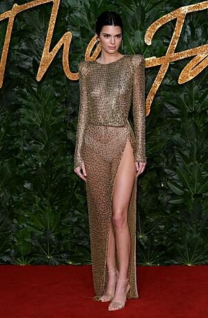 FLOTT: Supermodellen Kendall strålte på den røde løperen i en gjennomsiktig, metallisk gullkjole. Foto: NTB Scanpix