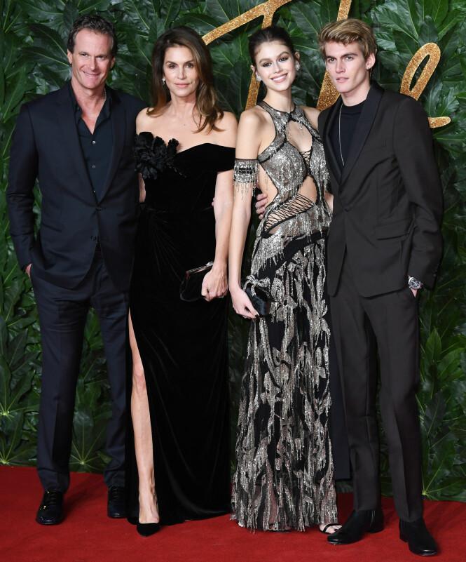 FLOTT FAMILIE: Kaia Gerbers familie var til stede da hun mandag kveld vant prisen som årets modell under British Fashion Awards. Foto: NTB Scanpix