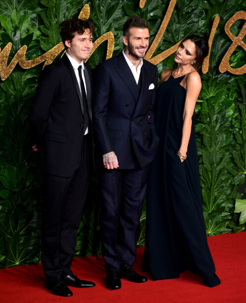 STØTTE: Både ektemannen David og sønnen Brooklyn var med for å støtte Victoria, som var nominert mandag kveld. Foto: NTB Scanpix