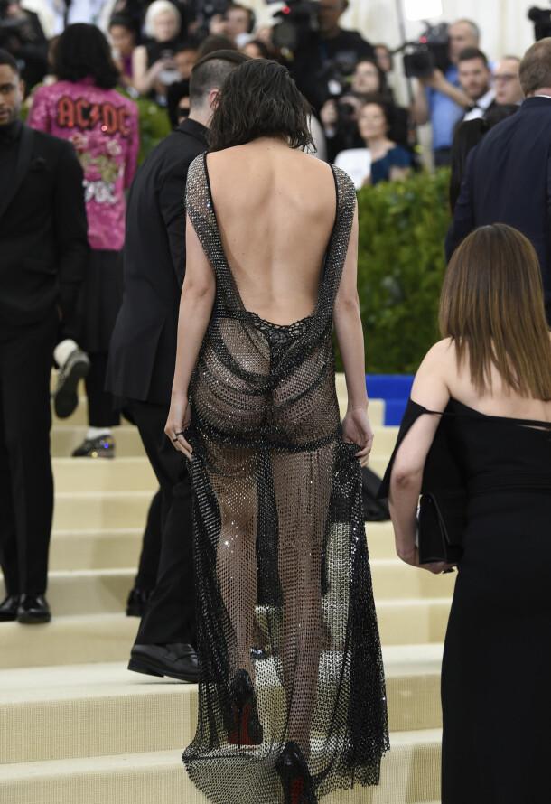 VISTE RUMPA: Kendall Jenner overrasket i denne nettingkjolen på Met-gallaen i New York i mai 2017. Foto: NTB scanpix