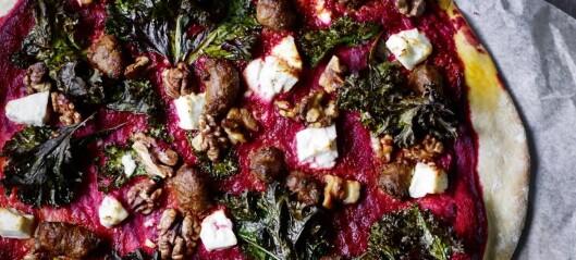 Rosa pizza med rødbeter, sprø grønnkål og fetaost