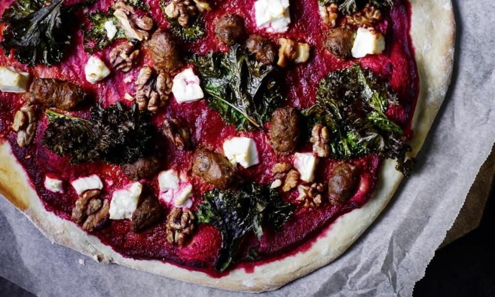 ROSA PIZZA: Erstatt den klassiske tomatsausen med en rosa variant laget med ferske rødbeter. FOTO: Nina Malling