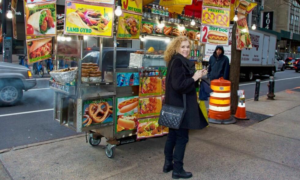 LIVET ER SLETT IKKE WURST: Liv Ullmann - her på gata i Manhattan - er dypt takknemlig for alle mulighetene livet har skjenket henne.