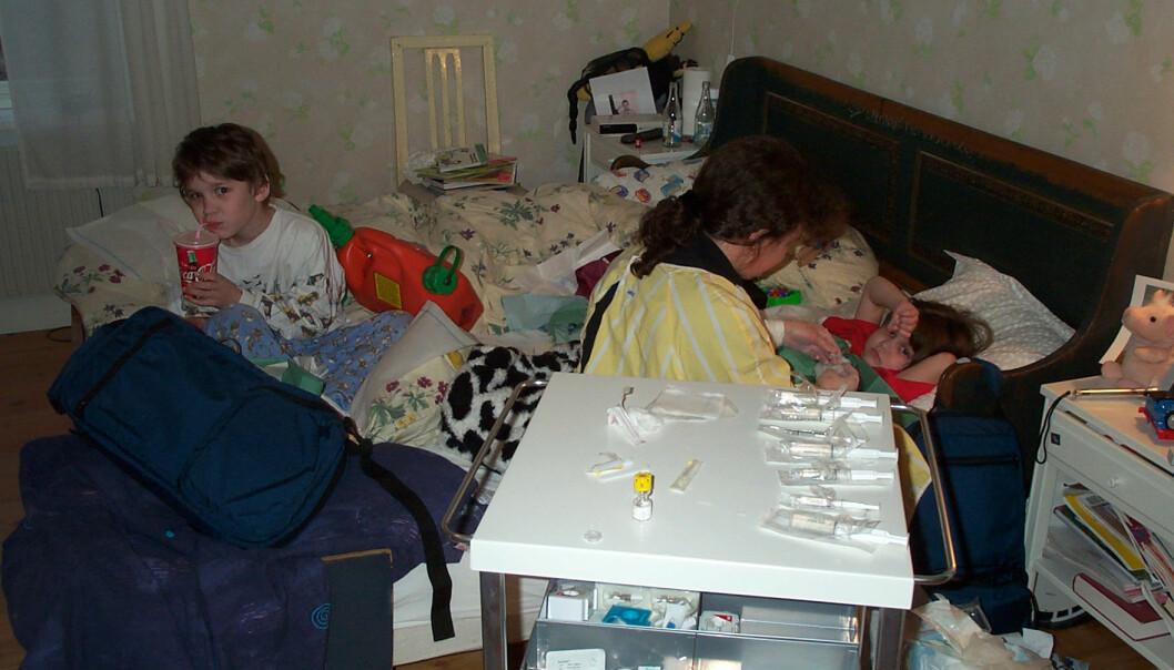 <strong>PLEIET BARNA HJEMME:</strong> Helene fikk opplæring av sykehuset, slik at hun kunne behandle barna sine hjemme. FOTO: Privat