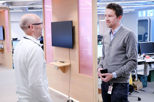Utvikler Lars Lech-Hanssen sammen med sjefen; Terje Løken. 📸: Ole Petter Baugerød Stokke