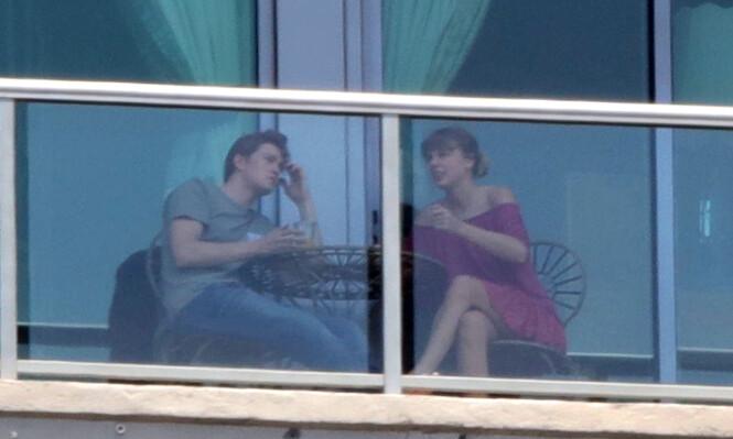FØRSTE BILDET: I juni i fjor Taylor Swift og Joe Alwyn observert sammen for første gang. Foto: NTB Scanpix
