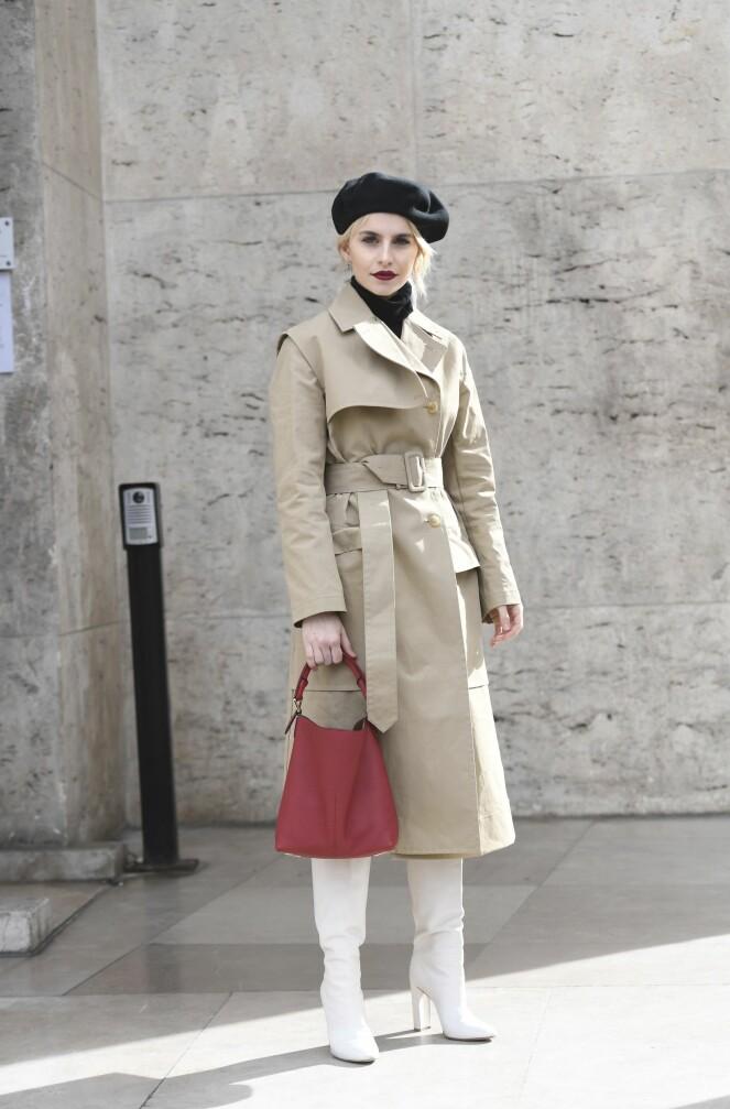 Caroline Daur fullfører looken med klassisk trenchcoat og røde lepper. Tips: Gjør stilen ekstra chic med en alpelue! Foto: Scanpix