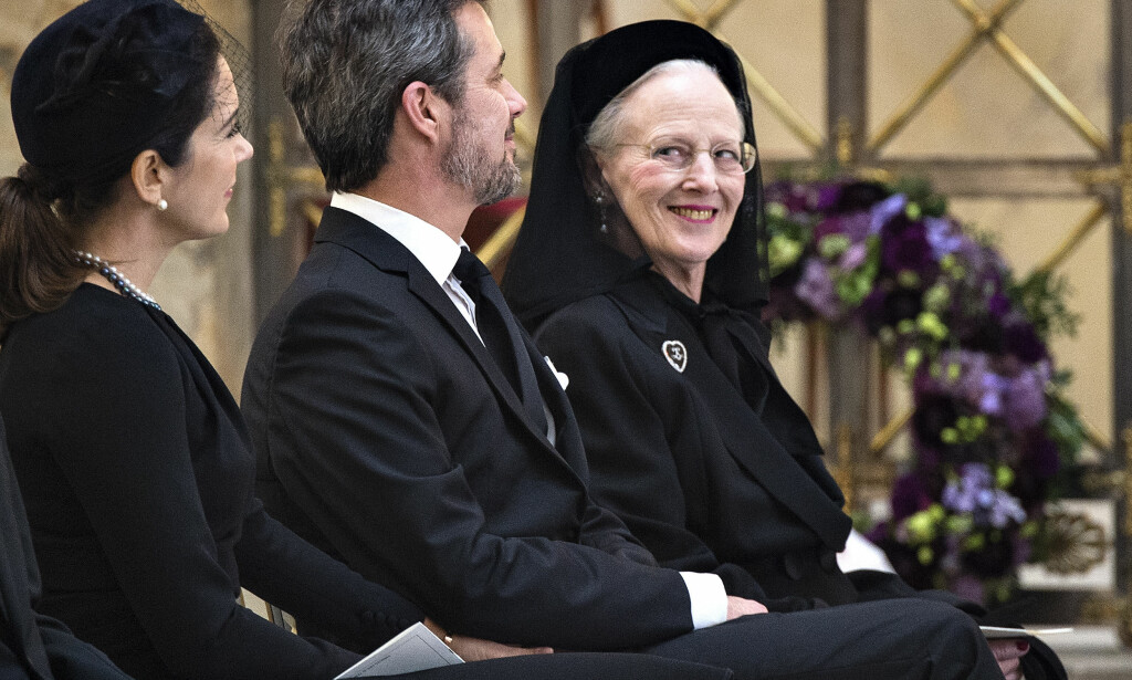 UTEN SIDESTYKKE: I 2018 har det danske kongehuset vært på «alles» lepper, og det er ikke uten grunn. Sjelden har familien skapt så mange overskrifter i inn- og utland som nå. Det hele begynte da prins Henrik døde i vinter. Her er dronning Margrethe fotografert i ektemannens bisettelse. Foto: NTB scanpix