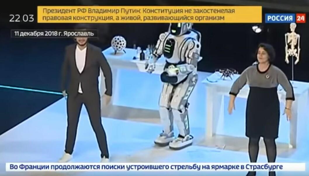<strong>BLØFF:</strong> Den avanserte «roboten» Boris imponerte alle med sine livlige dansetrinn. Det vekket mistanke hos våkne bloggere. Foto: Skjermdump Rossija24 / YouTube