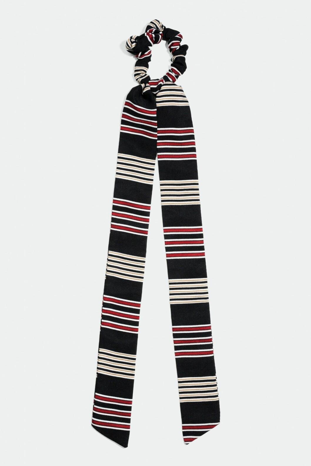 <strong>Scrunchie med knytefunksjon fra Glitter |80,-| https:</strong>//www.glitter.no/scrunchie-med-knytefunksjon-stripete