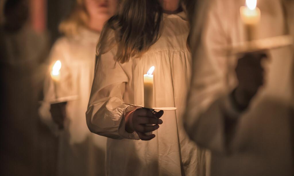 LUCIADAGEN: På helgendagen til Lucia 13. desember synger hvitkledde barn om lysets seier over mørke. Sangene handler ikke om seksuell trakassering. Men det kunne de gjort, skriver artikkelforfatter. Foto: Shutterstock / NTB Scanpix