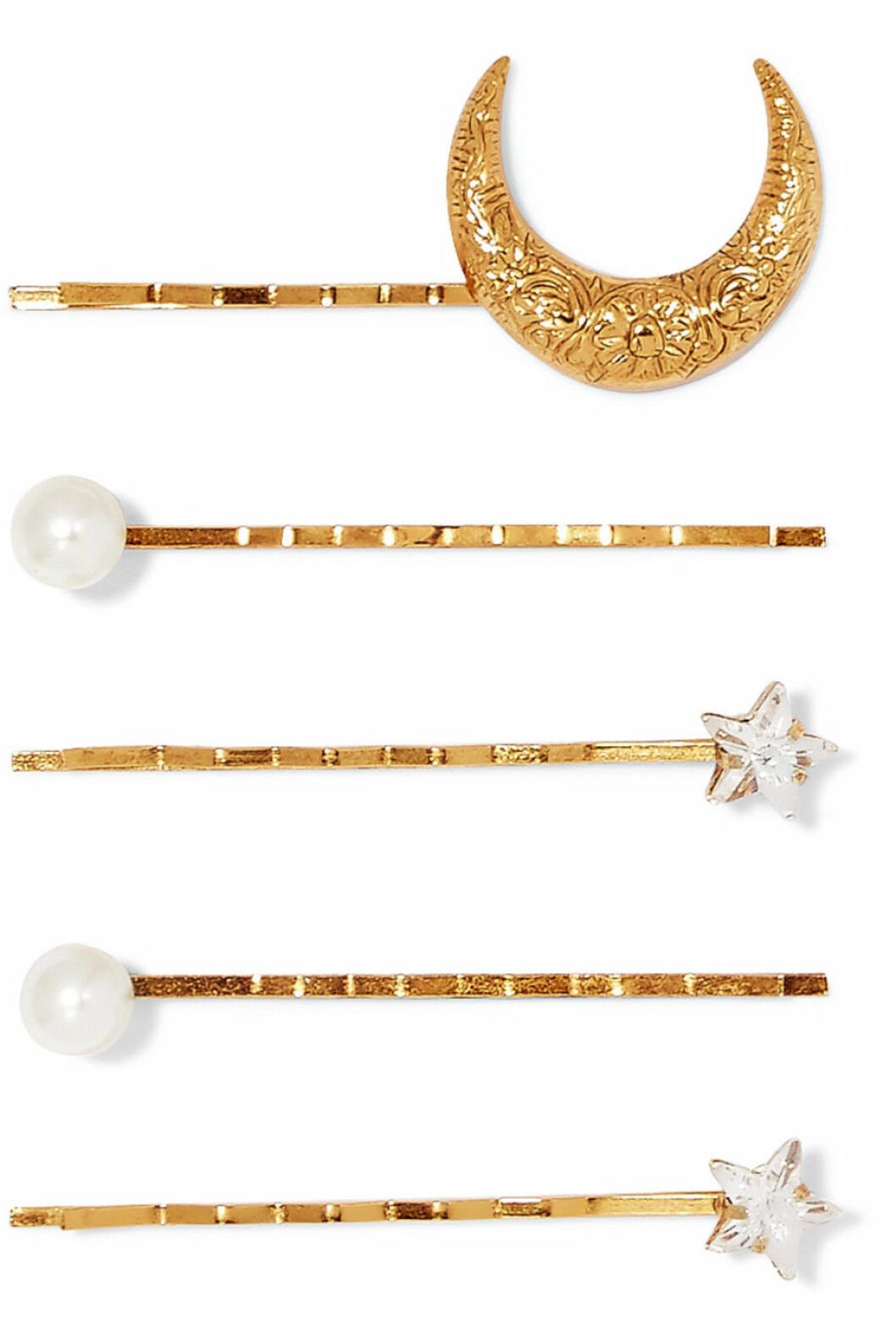 <strong>Jennifer Behr |1150,-| https:</strong>//www.net-a-porter.com/no/en/product/1087007/jennifer_behr/set-of-five-gold-plated--swarovski-crystal-and-faux-pearl-hair-slides