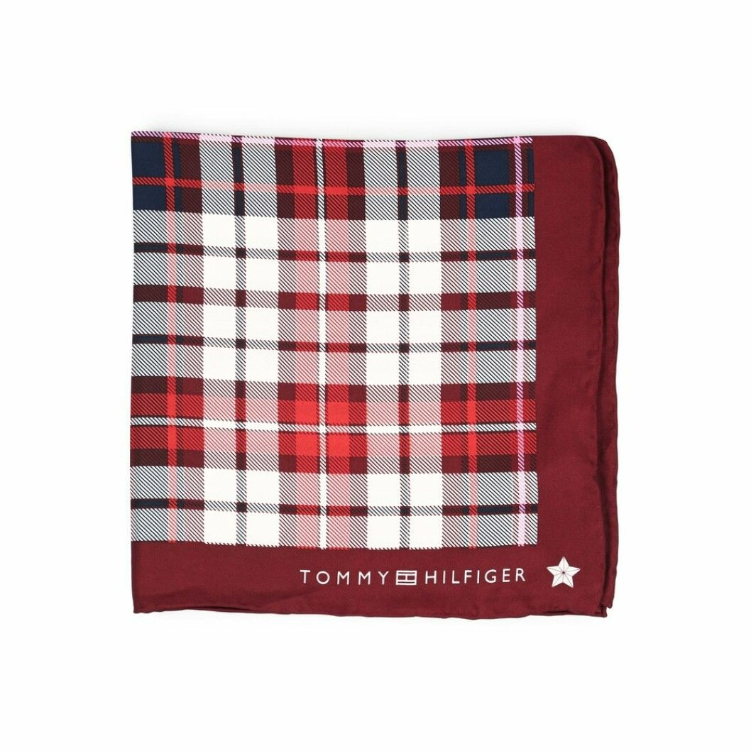 <strong>Skjerf fra Tommy Hilfiger |500,-| https:</strong>//www.miinto.no/p-788017-tommy-hilfiger-bandana-skjerf/R%C3%B8d