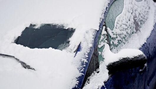 Lei av å skrape is og snø fra frontruta?