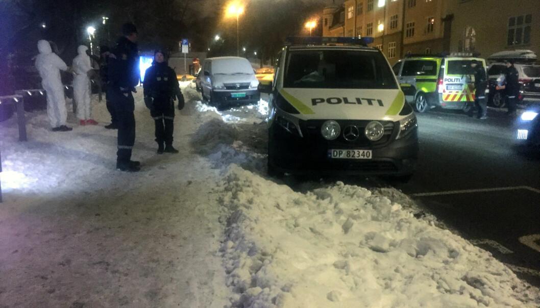 <strong>STOPPET:</strong> Politiet anholdt fire menn på stedet. Her er to av dem ikledd hvite drakter, for å sikre eventuelle spor. Foto: Karin Madshus / Dagbladet