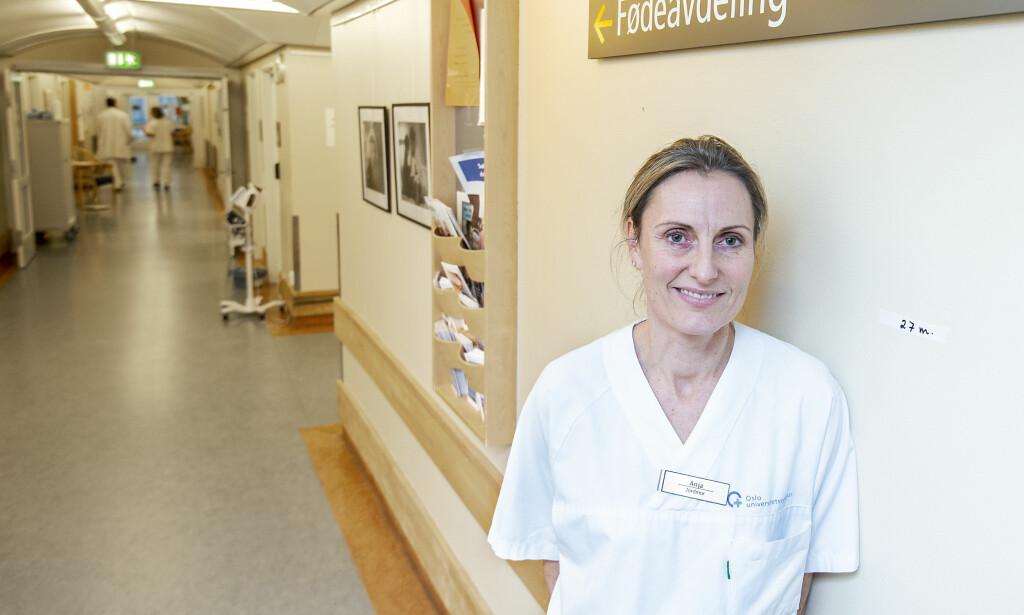 VIL HA FULL JOBB: Anja Larsen Halleraker (43) har 90 prosent stilling som jordmor ved Rikshospitalet, Oslo Universitetssykehus. Hun håper hun kan få 100 prosent stilling med en ny lovendring. Foto: Hans Arne Vedlog