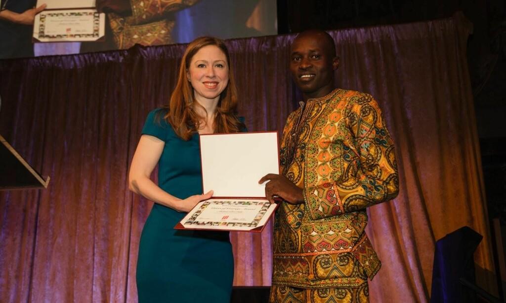STØTTESPILLER: Chelsea Clinton delte ut Voices of Courage-pris til Malul Bol Kiir.