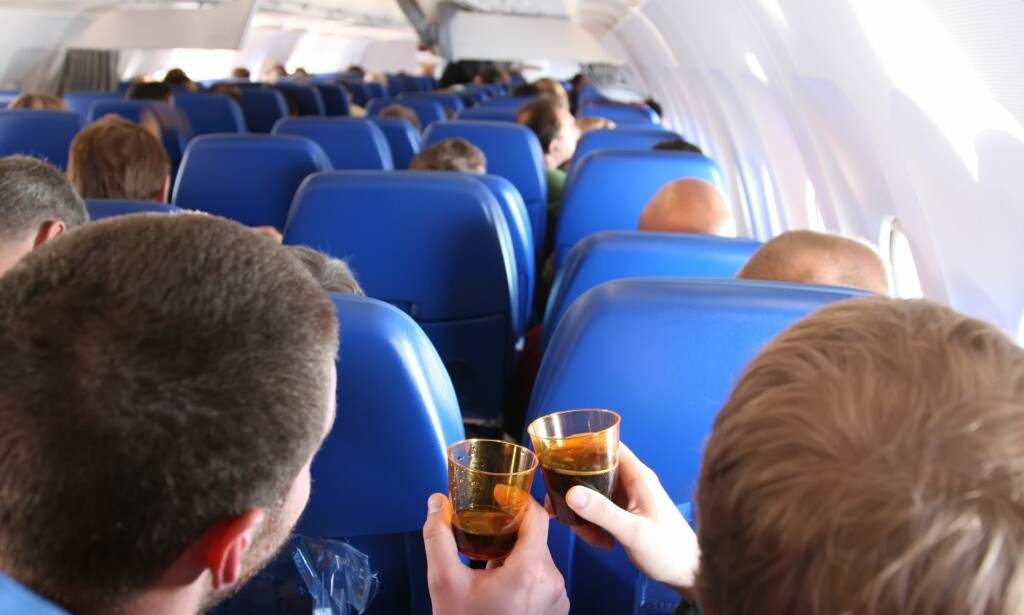 UNDER PÅVIRKNING: Det er ikke bare alkohol flypassasjerer tar, før og underveis på flyreisen. Foto: Shutterstock/ NTB scanpix