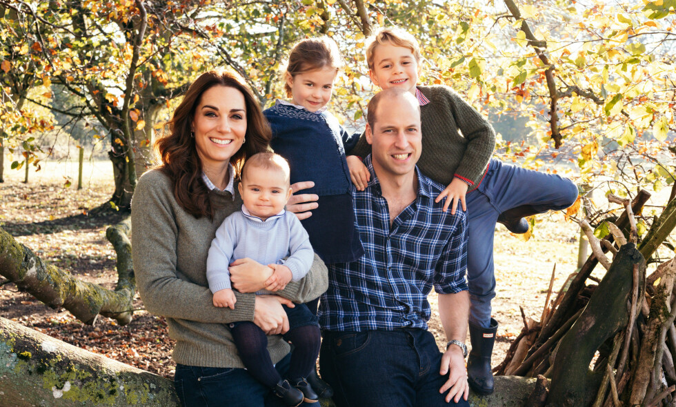 FAMILIEIDYLL: I forkant av årets julefeiring har Kensington Palace publisert nye bilder av medlemmer av den britiske kongefamilien. Her er hertugparet og deres tre barn. Foto: Matt Porteous/ Pa Photos/ NTB scanpix