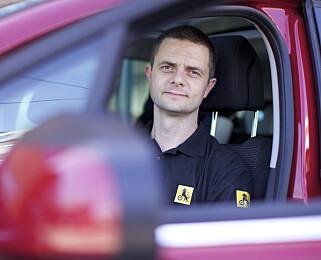 - RYGG INN: Senior kommunikasjonsrådgiver Nils Sødal i NAF mener det lønner seg å rygge inn på parkeringsplassen. Foto: NAF