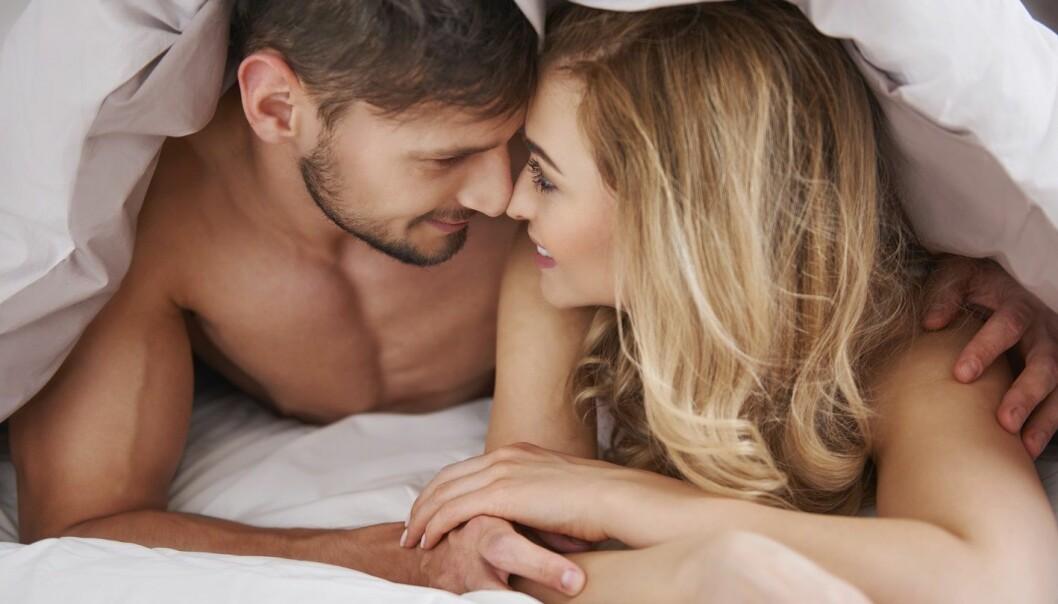 KOS: Romantikk, flørt, kosing og samtaler kan hjelpe dere med å vekke lysten og begjæret i forholdet. Foto: Scanpix.