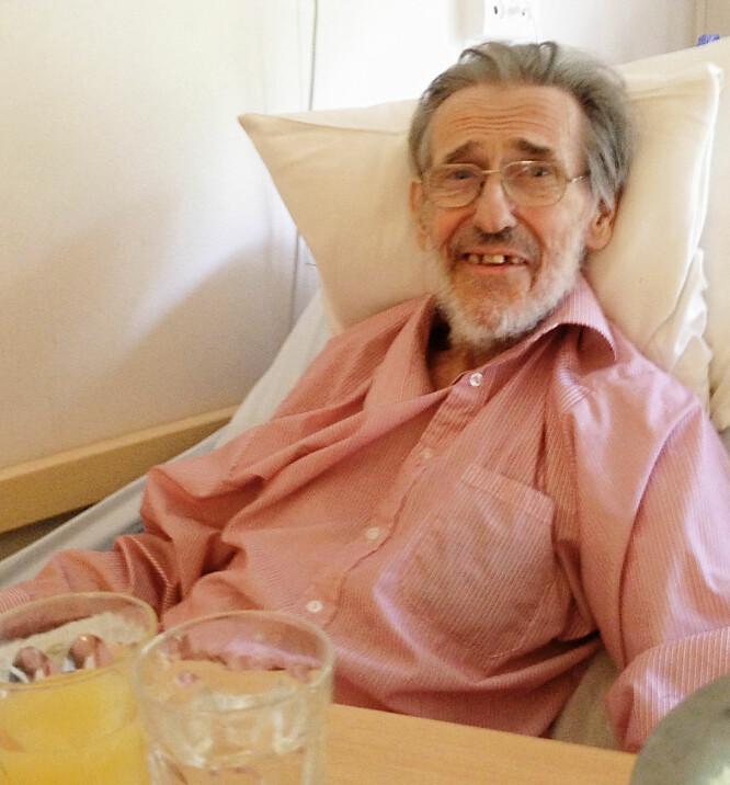 MISTET TENNENE: Helenes pappa Helge gikk bort i 2015, etter flere års sykdom. I sin siste tid mistet han tennene, noe som var sårt for Helene og familien. De satt igjen med mange spørsmål. Foto: Privat
