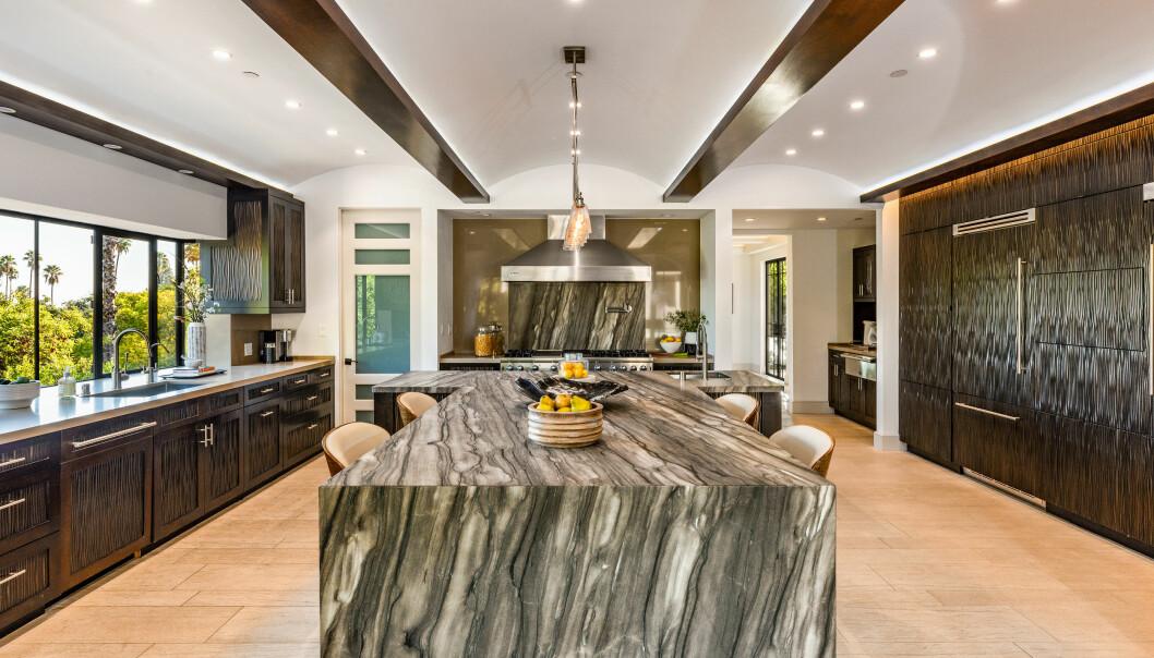 STILIG INTERIØR: Kjøkkenet har en t-formet øy og romslige flater. Foto: Splash News / NTB Scanpix